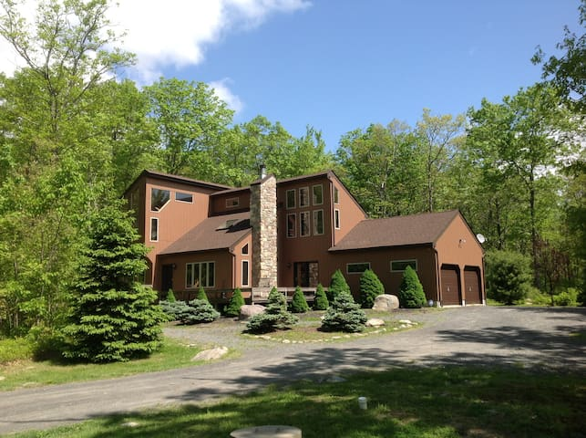 Private Forest Lookout on 5 Acres--Hot Tub! - Dingmans Ferry - Hus
