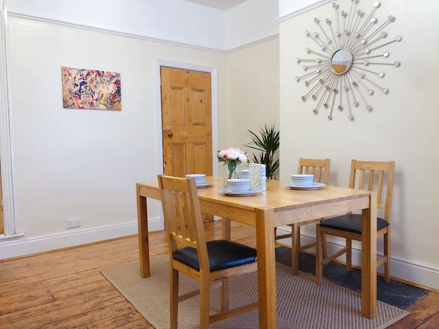 Lovely 3 beds house. 6 guests. King bed