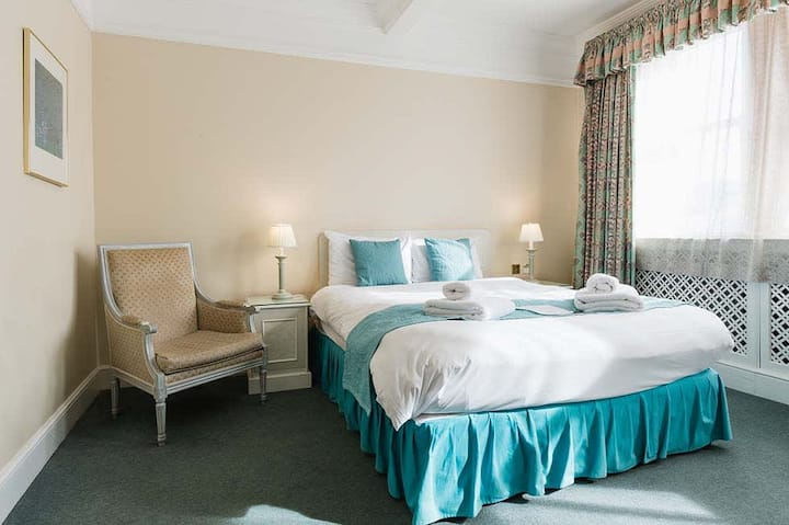 Victorian Style Superior Double Room| Perfect for a Couples 💑  Free Breakfast