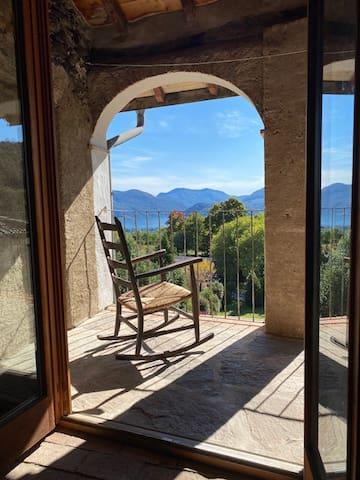 2e : terrasse avec chaise à bascule
