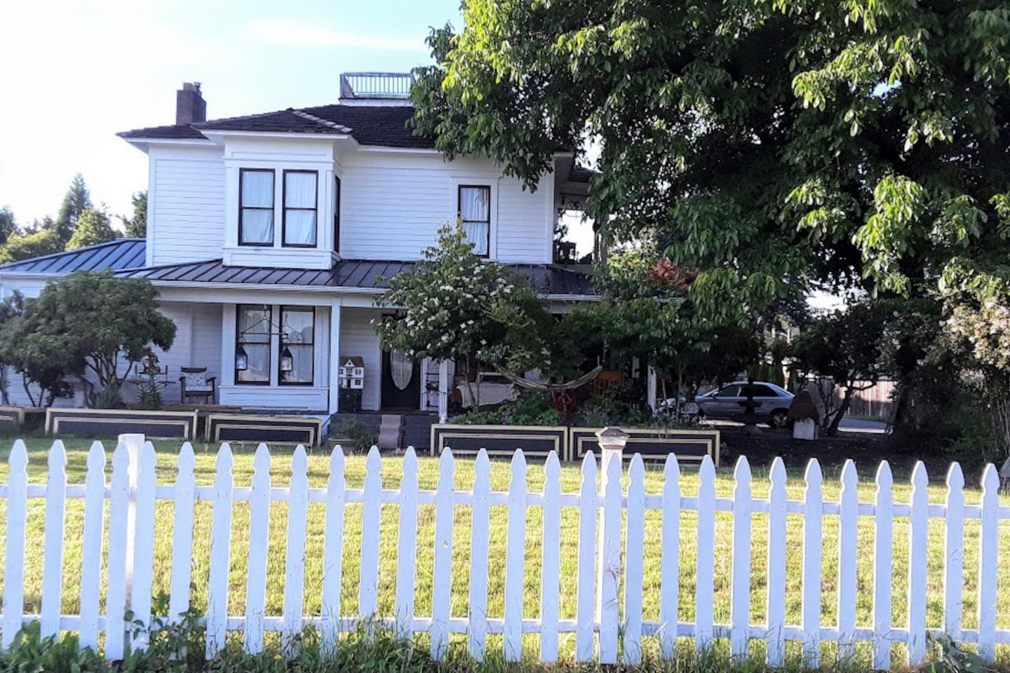 Minerva Healy and her Family, moved in 1909, when she was 6 years old. She lived here for the next 88 years. This helped keep the house quite original. The owner has attempted to integrate it's history and to make this a very special place to stay.
