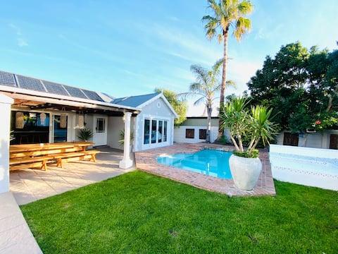 Koko talo uima-altaalla. Upea paikka.