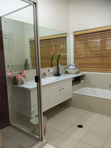Bathroom adjoins both bedrooms