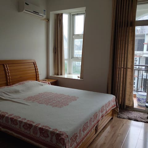 有单独卫生间,阳台,空调,热水器,客厅,歺厅,厨房,电视,露台,喝茶,花园。
