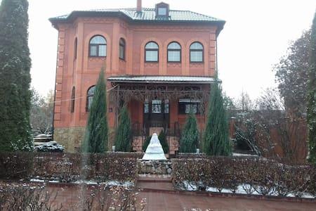Коттедж с баней, бассейном и бильярдом - Mosca