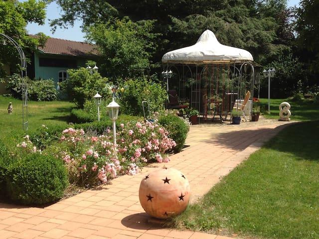gemütliche Sitzecken im großzügigen Garten