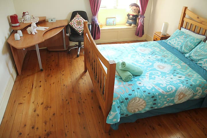 1. Large Queen Room Epping, Sydney 20 min by Train