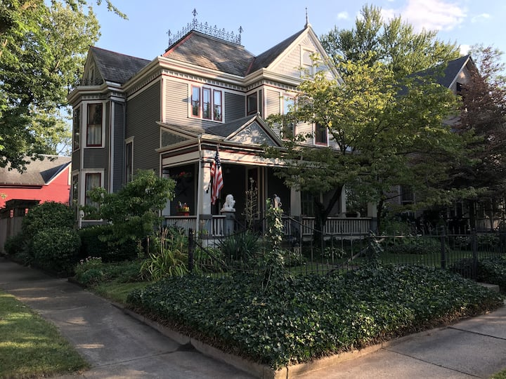 "Historic Victorian & ""Queen of Lakeside!"""
