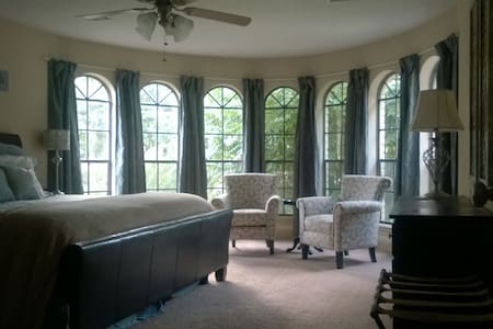 Stunning windows, huge private room, private bath - Spring