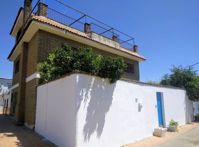 CASA GRANDE CON PATIO. Sevilla-Alamillo. A/A 8 PAX