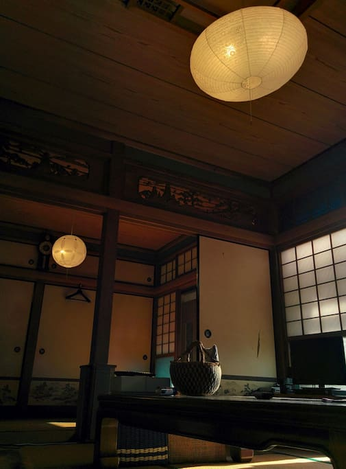 The traditional ozashiki style living room. The lightings through the traditional paper craft make you feel cozy in the evening.