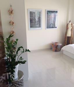Large room in heart Dubai by beach - Dubai