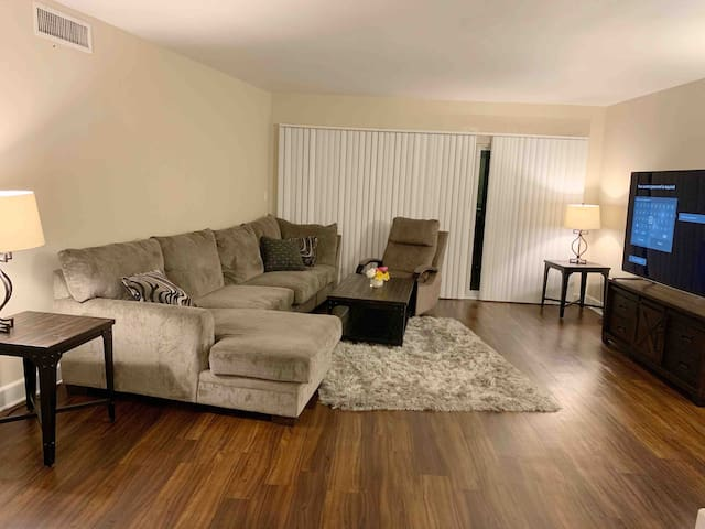 Beautiful 2+2 with parking/laundry/pool N Glendale