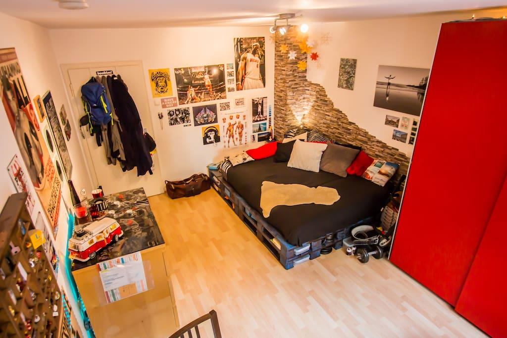 Das gemütliche Palettenbett lädt zum Entspannen ein / the cozy pallet-bed invites to relax