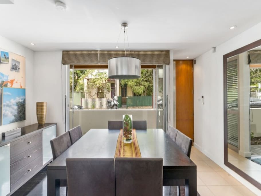 The dining room in this modern terrace.