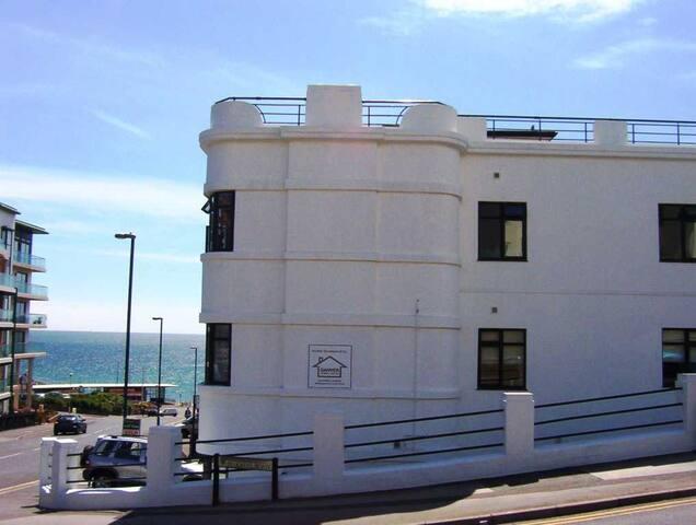 BOURNECOAST: SEA VIEWS - WALK TO BEACH - FM5973
