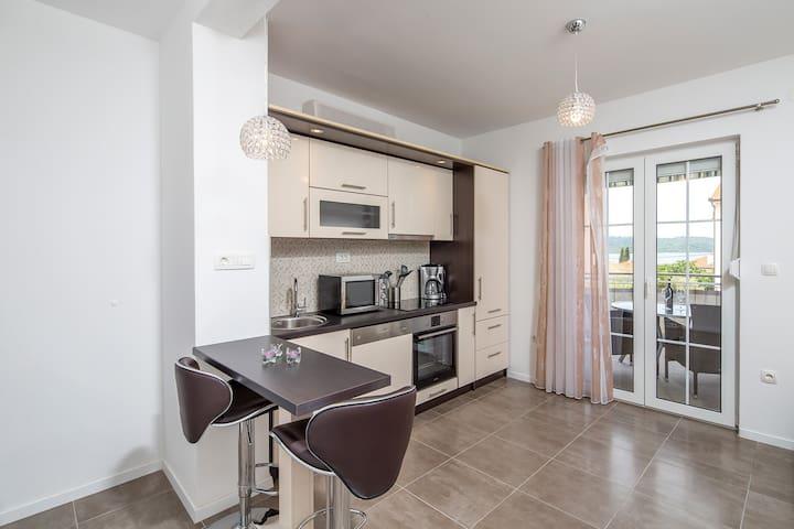 Cozy and bright apartment near Trogir (Slavko A4)
