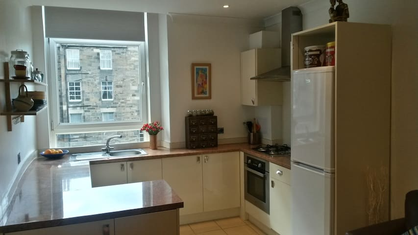 Lovely bright flat, very close to city centre