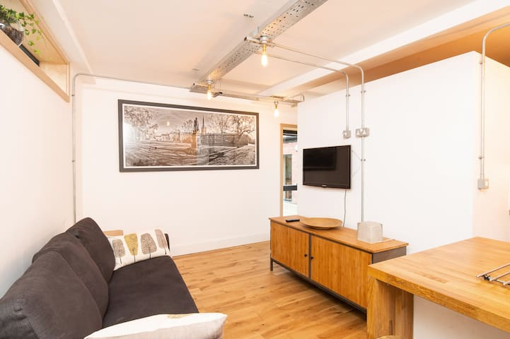 Contemporary St Giles Apartment in Heart of City