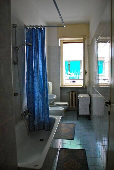 bagno con vasca e finestra su terrazzina
