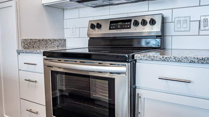 Professionally-cleaned Richmond 1BD, fitness center