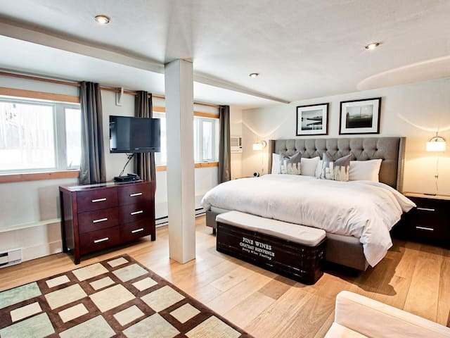 Master bedroom with open plan lake view