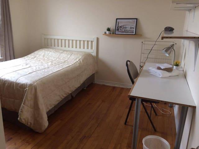 Quiet and bright room with lock - Montréal - Leilighet