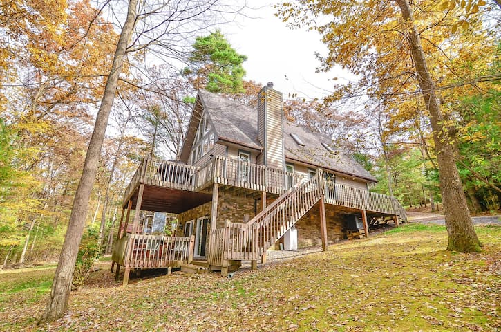 Waterfront Chalet in wooded area with hot tub and game tables!