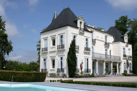 Chateau Mont Joly B&B: chambre à baldaquin - Gan - Zamek