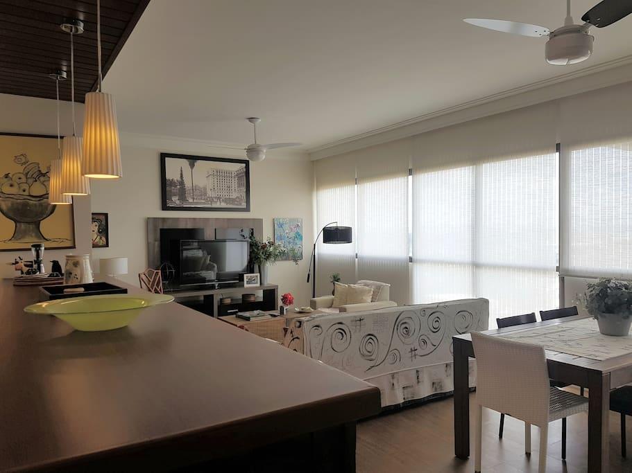 Sala ampla: integração cozinha americana, sala de estar e sala de jantar