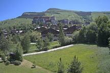 Vue depuis les balcons sur la Grande Aiguille au printemps