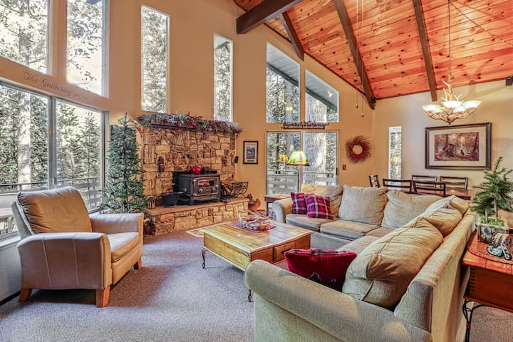 Tree-lined family cabin w/ large deck, pool table, foosball table, & fireplace!