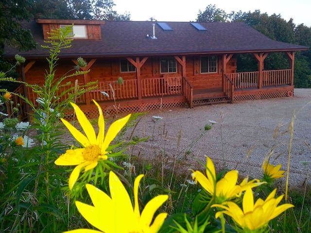 Burr Oak Log Cabin w/ Hot Tub Jacuzzi ...sleeps 6 - Harpers Ferry - Blockhütte