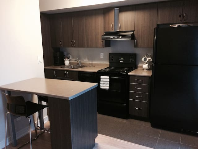 SPACIOUS STUDIO W BALCONY & PARKING!! - Toronto - Wohnung