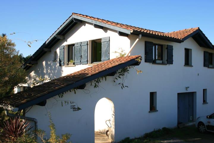 Chambre fantaisie d'une villa basque