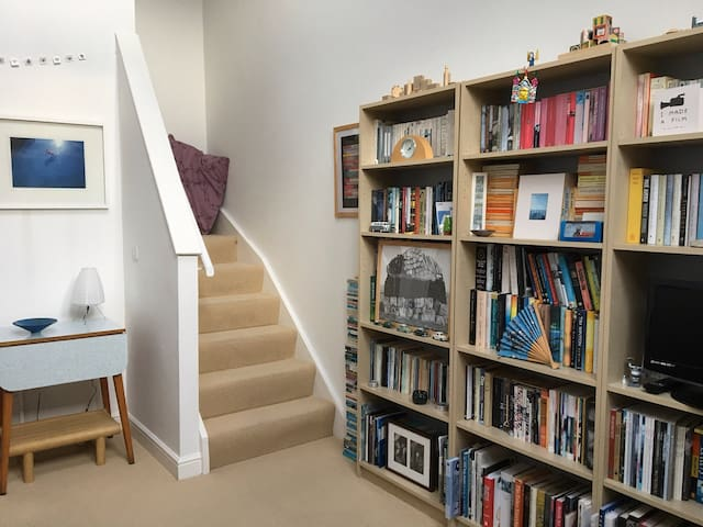 Light Book-filled Modern Apartment. - Hebden Bridge - Apartamento