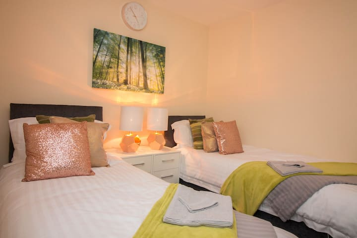 Exclusive Bungalow ☆ M6 ☆  Airport + Free Parking
