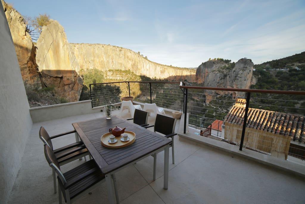 Terraza con vistas al cañón del Turia
