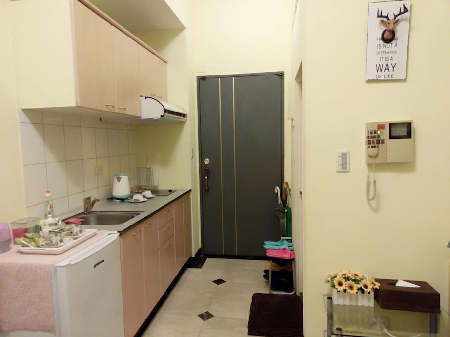 房內有簡易式廚房+迎賓小點心,可簡單烹煮美味的食物,有備鍋具。