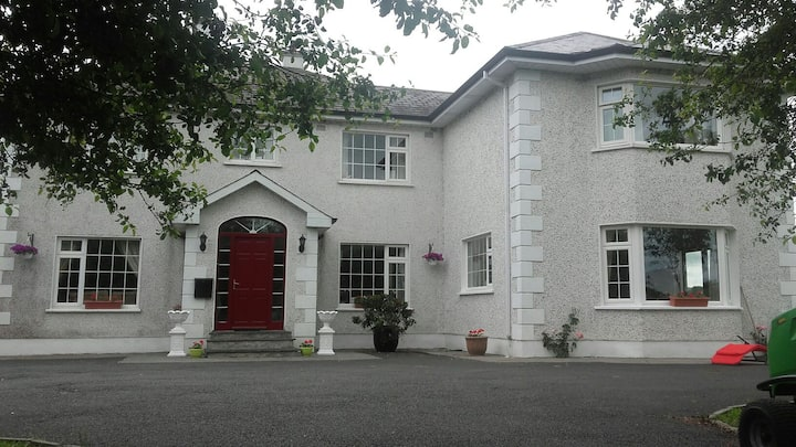 COUNTRY HSE 6K FROM CASHEL (+ FREE ENTRY TO ROCK)