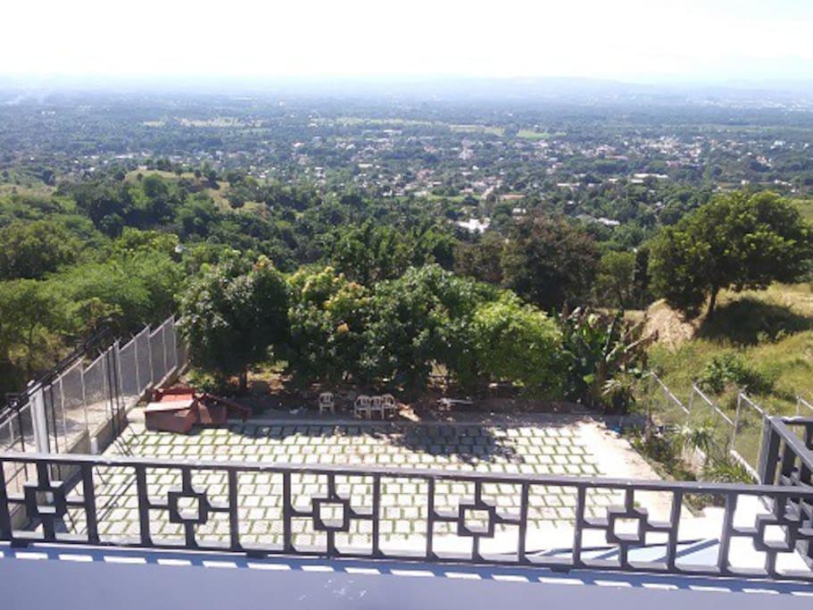Parte trasera de la primera casa, con una vista hacia las ciudades de la región