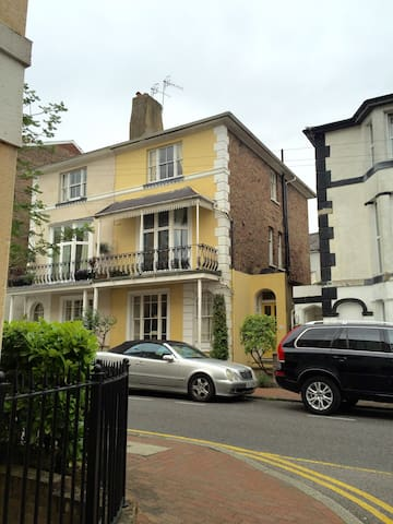 Bright, spacious double room in Grade II townhouse - Royal Tunbridge Wells - Huis