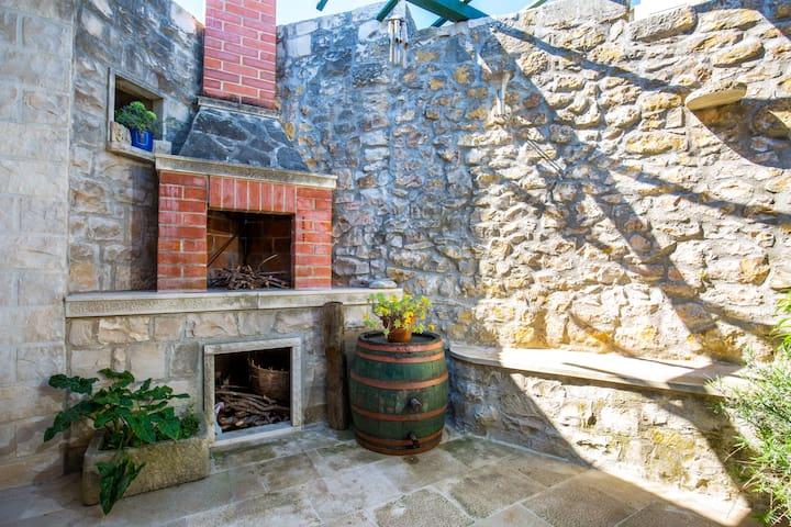 Dalmatian Stone-Age Fortress - Pučišća - Apartment