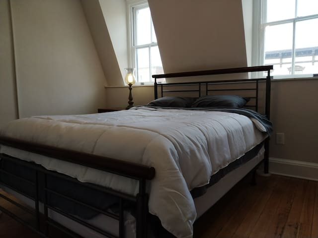 Quiet 2 Bed Condo Above Abolitionist Ale Works