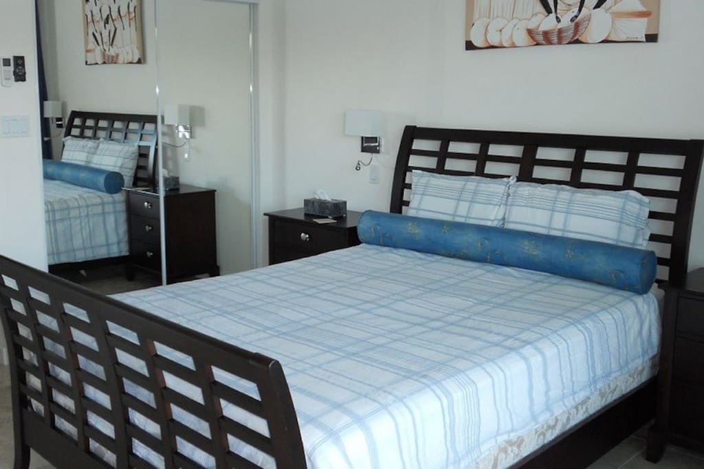 Master bedroom with en suite bathroom, air conditioning and ceiling fans: 1 queen