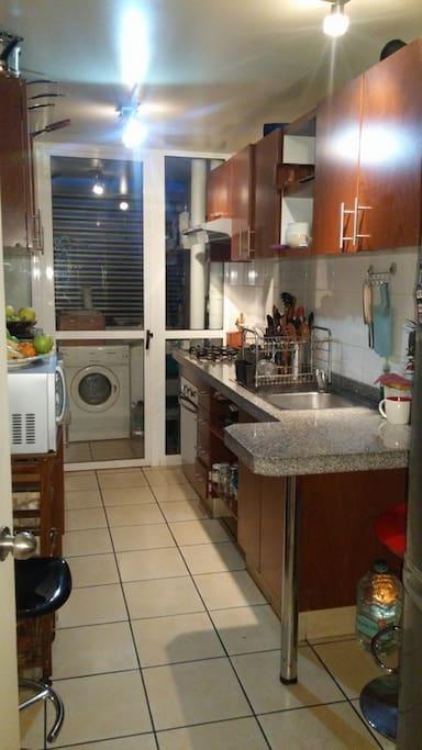 Cocina completa, lavadora y secadora de ropa.