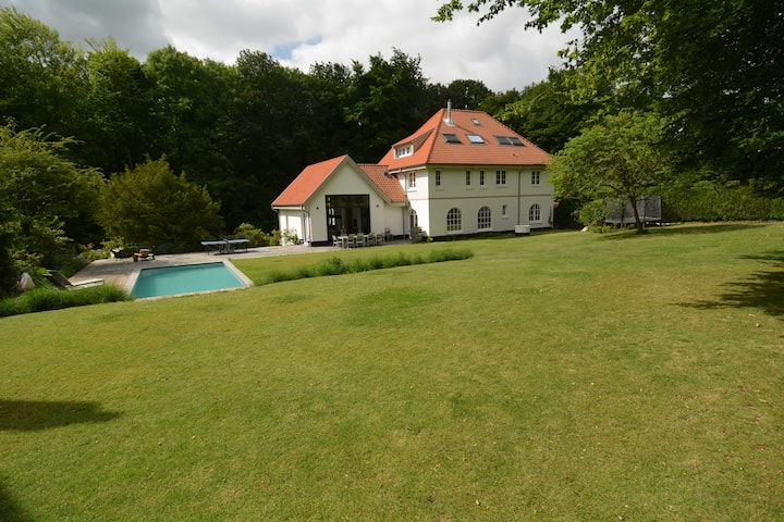 Large villa with swimming pool close to Brussels