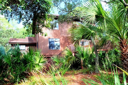 Marsh front home on Fripp with limo golf cart