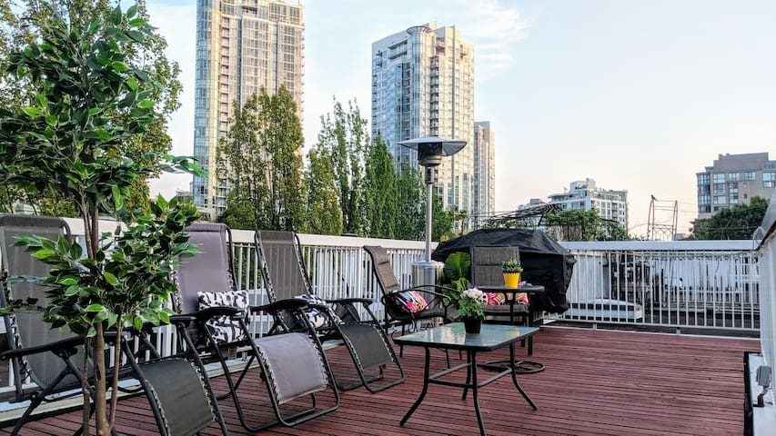 Yaletown: spacious, cozy + rooftop patio + parking