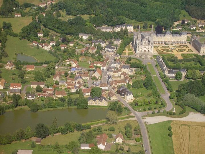 La Chapelle-Montligeon: maison dans le bourg.